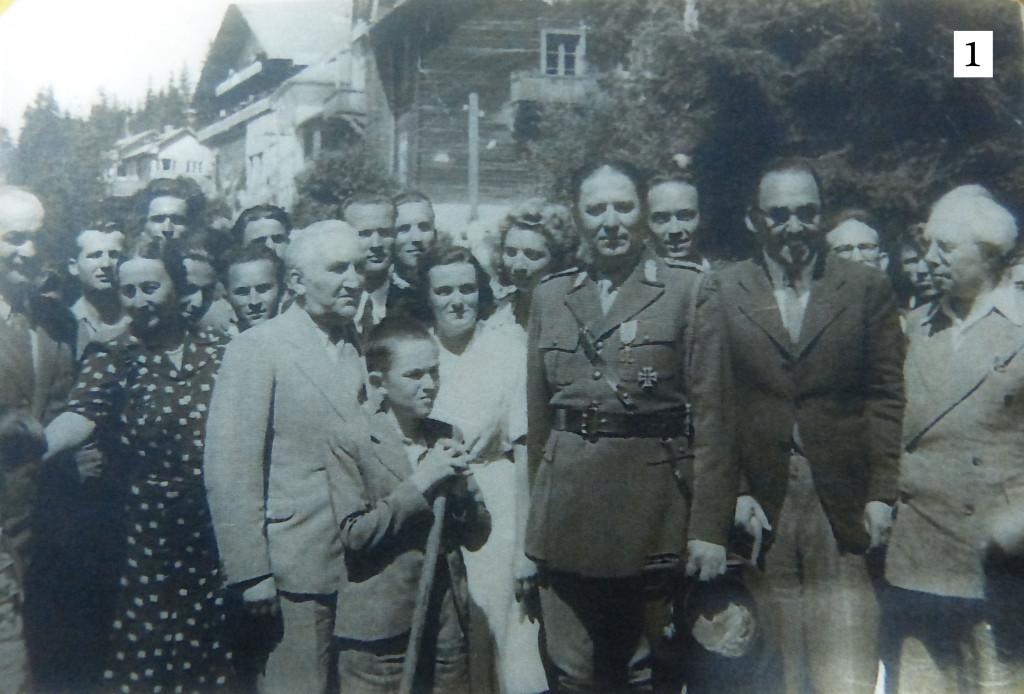 Fig.1 – Profesorii Iuliu Hațieganu, D.D. Roșca, Aurelian Ionașcu și generalul Gheorghe Stavrescu la Păltiniș, pe 20 august 1944, la inaugurarea crucii-monument în amintirea martirilor din Ardealul de Nord