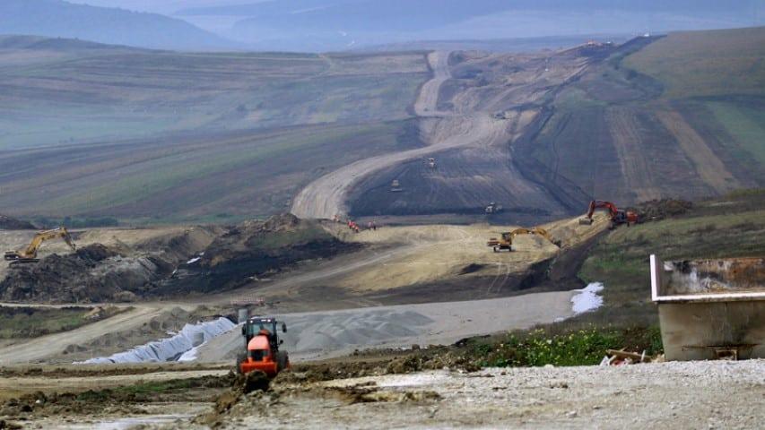 Cativa muncitori lucreaza cu excavatoarele la autostrada Transilvania, finantata de compania americana Bechtel, in zona unui viaduct de pe tronsonul Campia Turzii-Gilau, judetul Cluj, marti, 26 septembrie 2006. (David Shugar/NewsIn FOTO)
