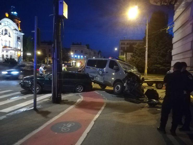 Duba Jandarmeriei Cluj lovită în plin de un șofer care a intrat cu viteză în intersecția din Piața Avram Iancu FOTO