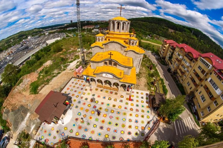 Cluj. Metoda inedită găsită de un preot pentru a asigura distanța între credincioși