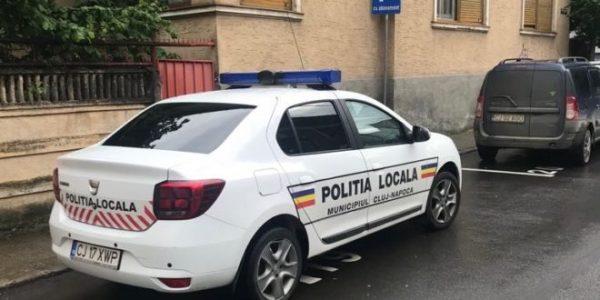 Poliţia locală din Cluj-Napoca a intrat în grevă japoneză şi poartă banderole albe pe braţ