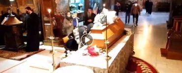 Enoriaşii au sărutat sicriul lui IPS Pimen, răpus de COVID-19 VIDEO