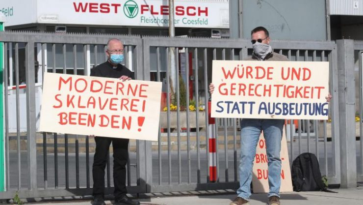 Deutsche Welle despre scandalul românilor infectați în abatoarele nemțești: Sclavie modernă!