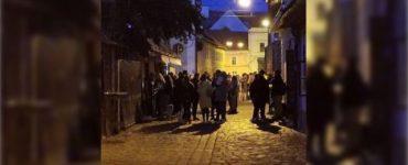 Zeci de tineri se adună seară de seară, pe strada Potaissa din Cluj-Napoca, pentru petreceri în aer liber.