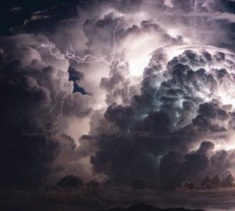 AVERTIZARE COD PORTOCALIU: Vânt puternic, averse, descărcări electrice