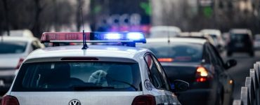 Un polițist clujean și-a bătut soția și socrul