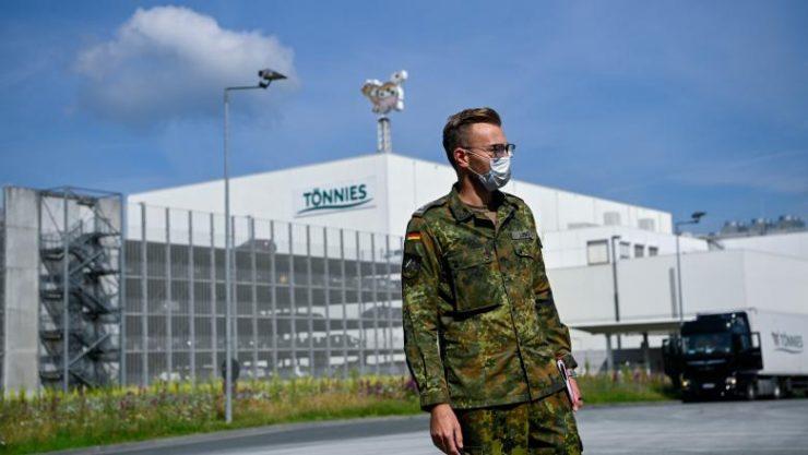 Condiții de cazare îngrozitoare pentru angajații abatorului din Germania unde 1.000 de români s-au infectat cu COVID-19