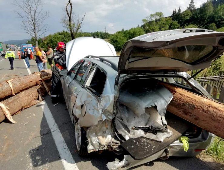 INCIDENT GRAV - Trei persoane au fost rănite, în Suceava, după ce mai mulţi buşteni au căzut dintr-un camion