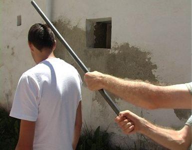 Ca în Vestul Sălbatic, în comuna Săcuieu, din Cluj, familia unui consilier local a intrat, noaptea, pe proprietatea unui localnic și i-a crăpat capul cu parul