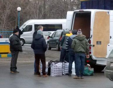 Românii din Londra stau la cozi interminabile ca să-şi ridice coletele cu carne, ceapă, fasole şi murături