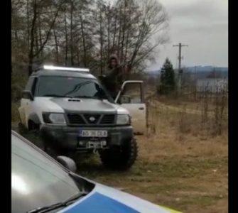 Polițiști umiliți și amenințați de un hoț de lemne VIDEO