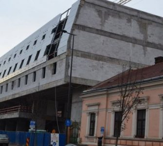 """Primarul Emil Boc spune că experților Primăriei li s-a promis că fațada hotelului de pe strada Avram Iancu, botezat """"hotelul coșciug"""" și criticat de comunitate, va face cinste Clujului"""