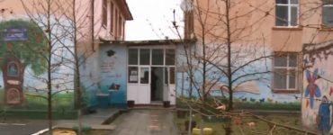 Doi elevi minori au avut relații intime în toaleta școlii. Directorul este acuzat că știa