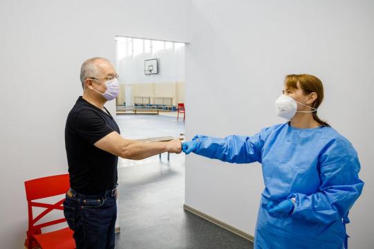 Primarul Emil Boc: Mă voi vaccina cu Astra Zeneca, cu a doua doză, dacă nu va exista nici o interdicție naţională sau internaţională
